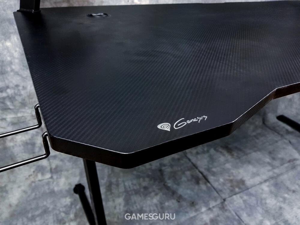 Logo firmy Genesis na blacie stołu
