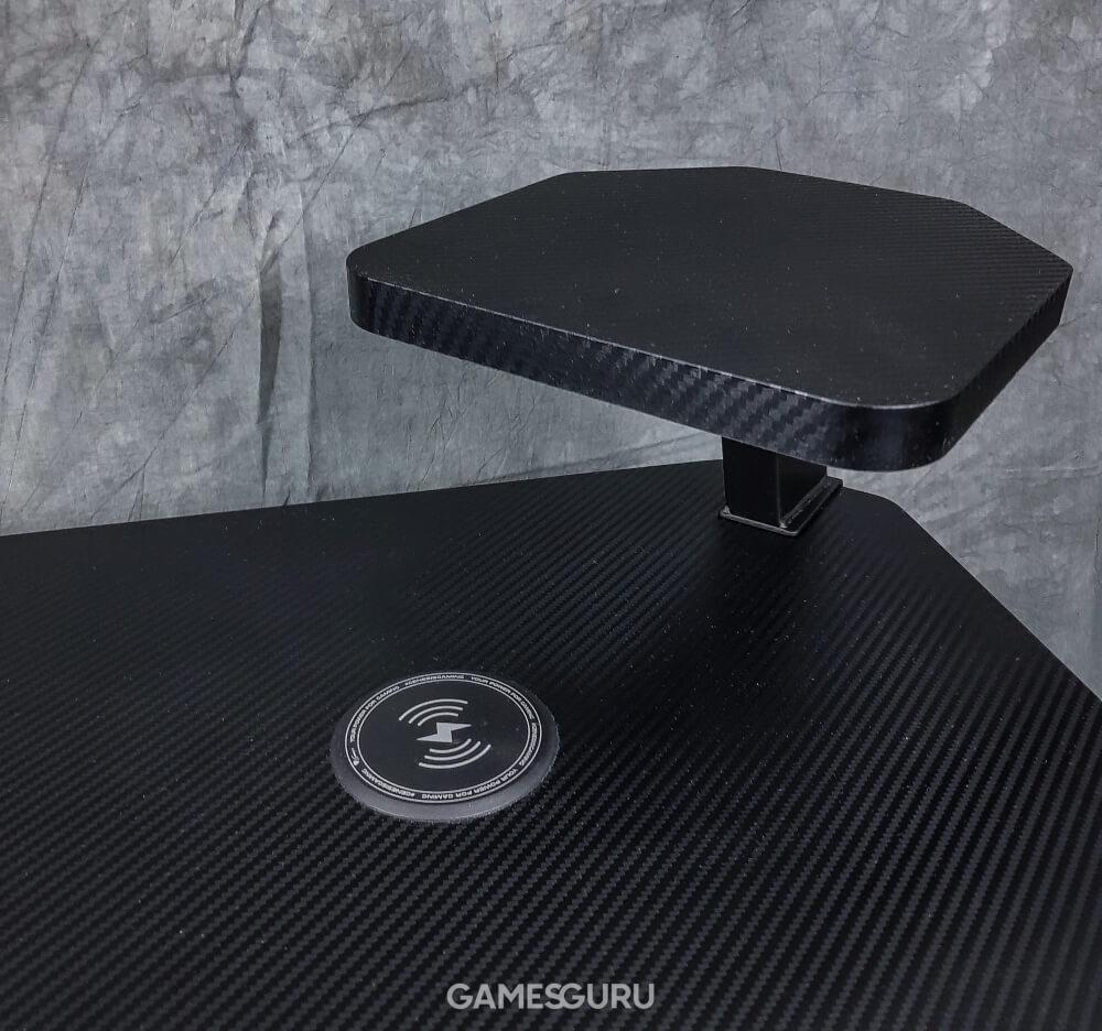 Prawa strona biurka Genesis Holm 510 RGB i ładowarka bezprzewodowa