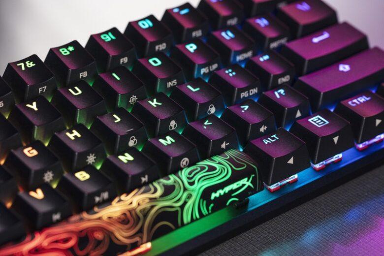 Mała klawiatura HyperX Alloy Origins 60 i jej podświetlenie