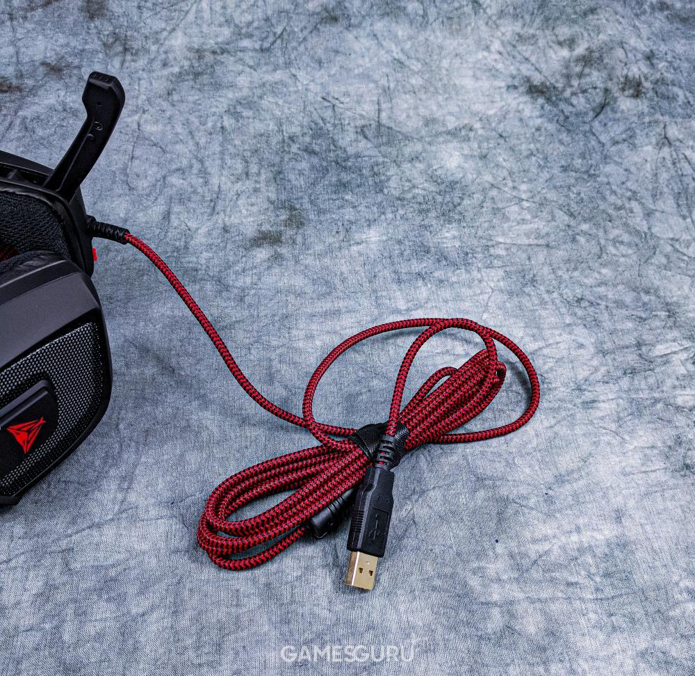 Zbliżenie na przewód z oplotem i złotą wtyczką USB