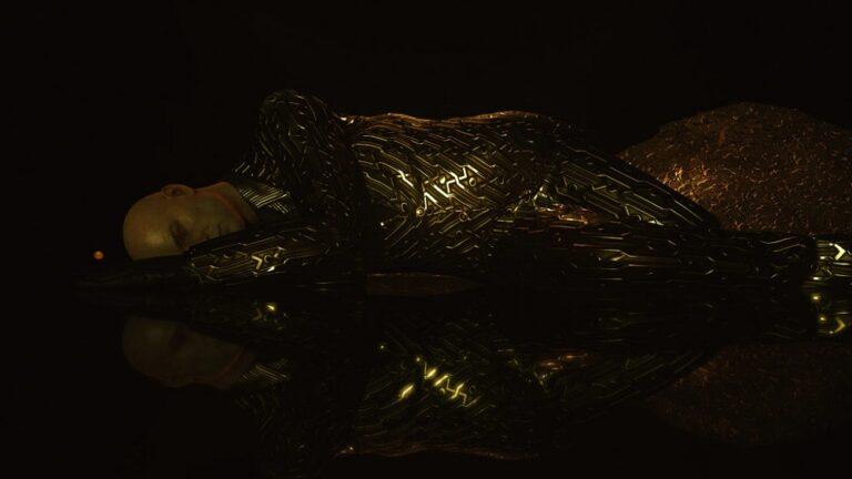 Agent 47 leży w złotym garniturze reklamując DLC Seven Deadly Sins