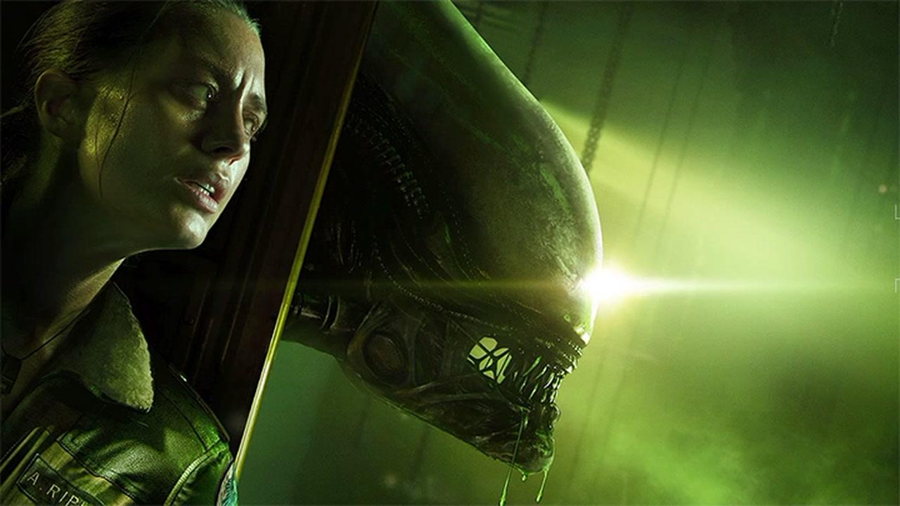 Bohaterka gry Alien: Isolation i obcy