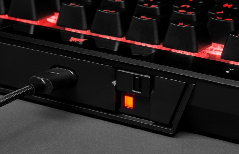 Złącze USB oraz przełącznik turniejowy w klawiaturze Corsair K70 RGB TKL