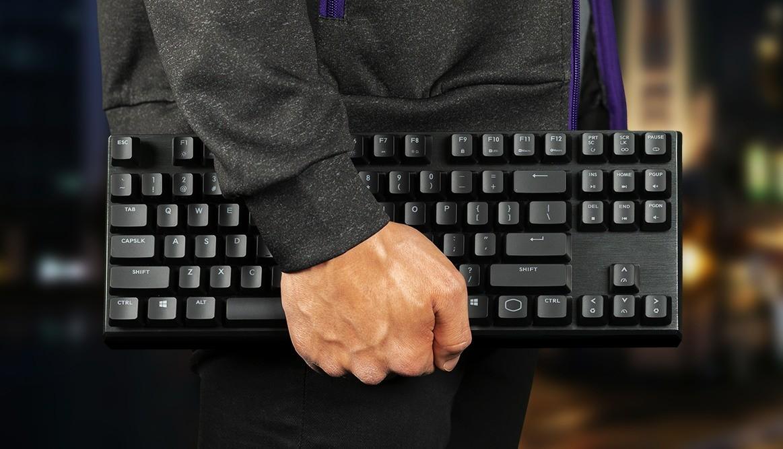 Test Cooler Master MK730 - klawiatura w rękach