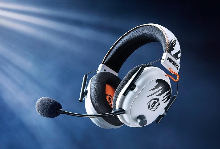 Lewa strona headsetu z widocznym mikrofonem