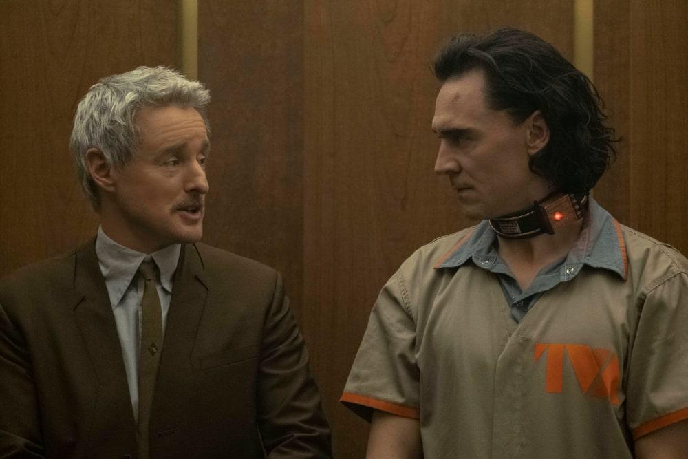 Loki w stroju więźnia i Mobius w windzie