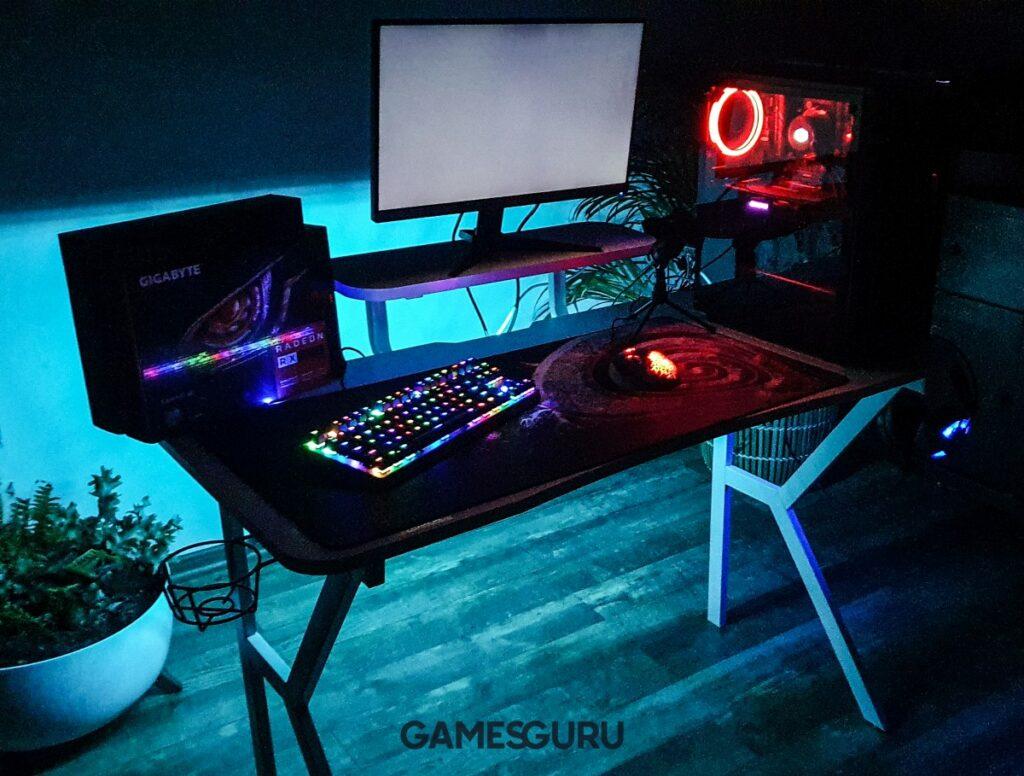 Niebieskie oświetlenie zza biurka
