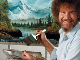 Bob uśmiechnięty w stronę widzów