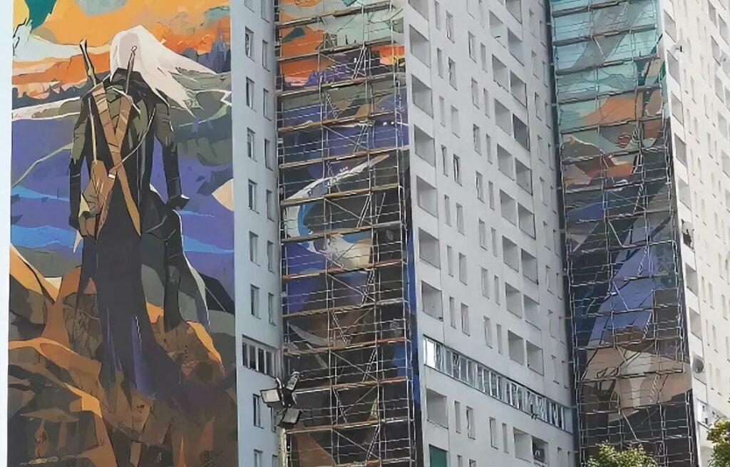 djęcie muralu podczas malowania (rozstawione rusztowanie)