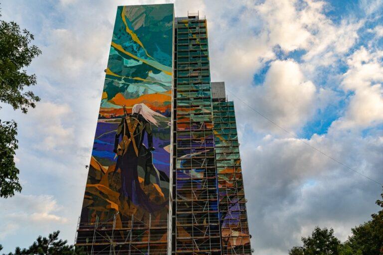 Mural z wiedźminem na ścianie wieżowca w Łodzi